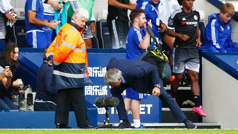 Mourinho hét vào chiếc micro bên ngoài đường piste