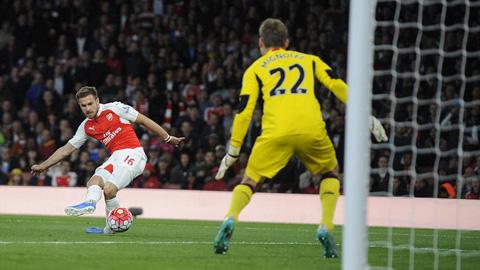 Tình huống dứt điểm ghi bàn của Ramsey bị thổi phạt việt vị