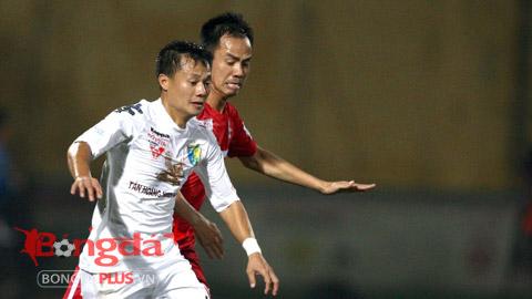 Thành Lương (trắng) nhận danh hiệu cầu thủ ghi bàn đẹp nhất tháng 7 - Ảnh: Minh Tuấn