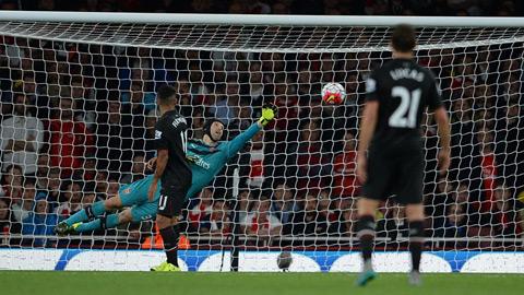 Cech vẫn cho thấy đẳng cấp không thể bàn cãi