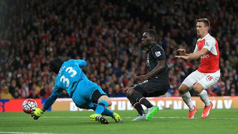 Thủ thành Cech đã có một ngày thi đấu ấn tượng trước Liverpool
