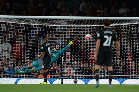 Thủ thành Cech khiến các chân sút Liverpool phải nản lòng vì sự xuất sắc của bản thân