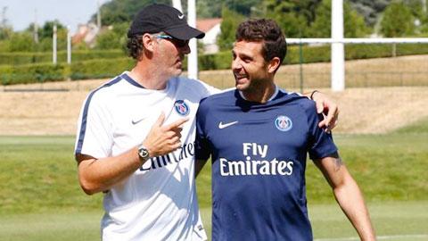 Nhiệm vụ số 1 hiện tại của PSG là gia hạn hợp đồng với Thiago Motta (phải)