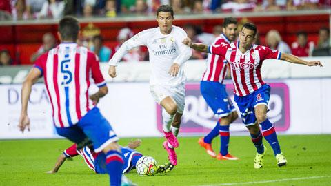 Các cầu thủ Gijon (áo sọc) đã làm nản lòng dàn sao Real Madrid