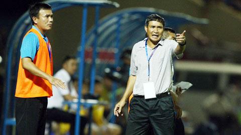 Sức ép thành tích đang đè nặng lên vai ông Chung (phải) và các học trò