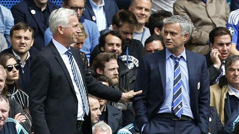 HLV Pardew sắp có dịp so tài cùng đồng nghiệp Mourinho (phải)