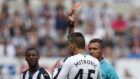 Mitrovic phải nhận thẻ đỏ trực tiếp sau pha phạm lỗi với Coquelin