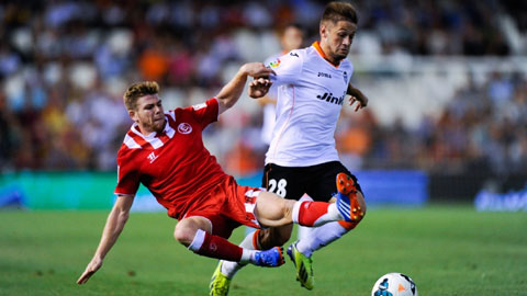 Điểm tựa sân nhà sẽ giúp Valencia (áo trắng) giành chiến thắng