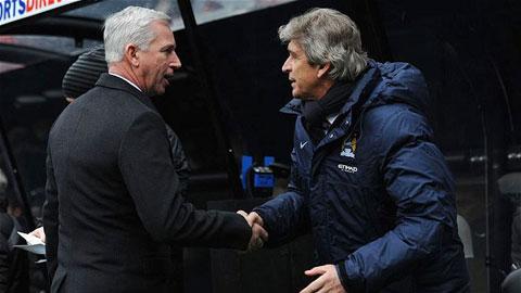 HLV Pardew (trái) được kỳ vọng sẽ cùng Crystal Palace đánh bại Man City ở vòng tới