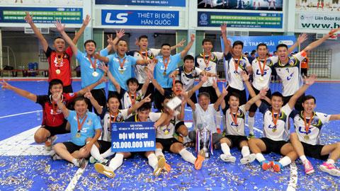 Các cầu thủ Thái Sơn Nam ăn mừng chức vô địch