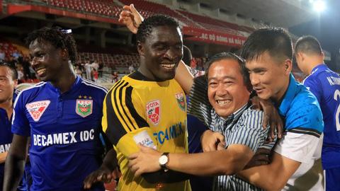 Các cầu thủ B.Bình Dương chuẩn bị đón cơn mưa tiền thưởng - Ảnh: Minh Tuấn
