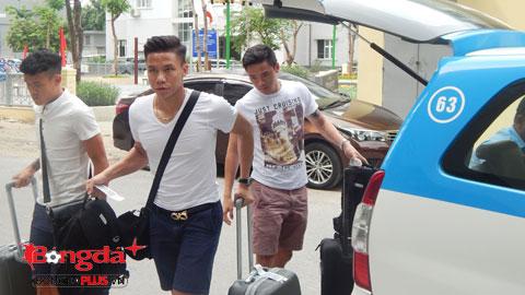 Nhóm cầu thủ của SLNA gồm Ngọc Hải, Nguyên Mạnh đã bay ra Hà Nội cùng Thanh Hiền của Đồng Tháp. Ảnh: Đức Cường