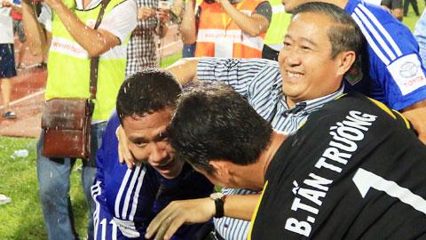 Ông Minh Sơn (áo sọc) trong niềm vui sướng tột cùng trên sân Lạch Tray khi B.BD vô địch