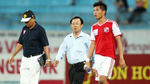 GĐĐH Nguyễn Văn Long (giữa) động viên tinh thần toàn đội Đồng Nai trước những vòng đấu cuối