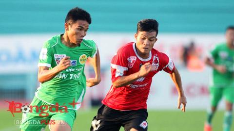 Văn Thắng (xanh) thậm chí đã được HLV Miura xin làm visa để sang nước ngoài thi đấu - Ảnh: Anh Tài