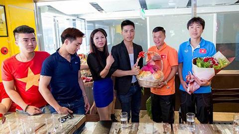 CĐV Việt Nam dành tình cảm nồng ấm cho thày trò HLV MIura. Ảnh: Trung Đức