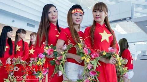 22 cô gái mặc áo dài đỏ gắn sao vàng và 15 cô gái xếp thành hàng chữ: Tôi yêu Việt Nam