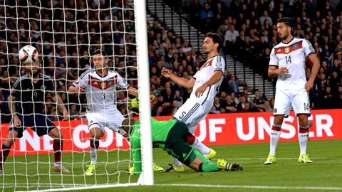 Hummels (5) và Neuer đã chơi không tốt trong trận làm khách Scotland