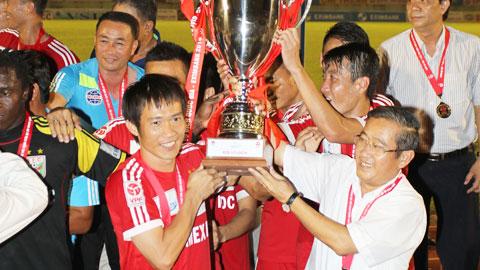Chủ tịch Minh Sơn (phải) và các cầu thủ B.BD sẽ nhận cúp trong trận đấu cuối cùng