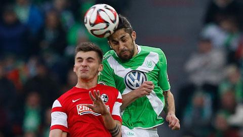 Wolfsburg (phải) thi đấu chuệch choạc vì chưa định hình được lối chơi