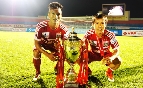 Tiến Thành và Tấn Tài bên chiếc cúp vô địch của B.Bình Dương ở V-League 2014. Ảnh: Tuấn Thành