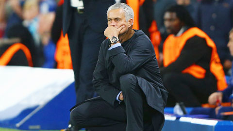 Khoảnh khắc suy tư của Mourinho ở trận đấu đêm qua