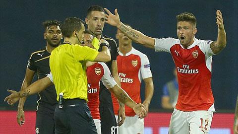 Chiếc thẻ đỏ của Oliver Giroud khiến Arsenal khốn đốn