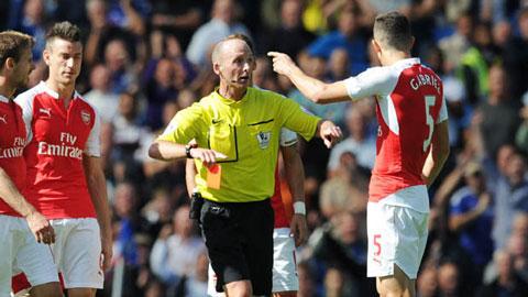 Wenger bức xúc chỉ trích Costa và trọng tài