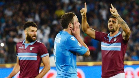 Napoli (giữa) gặp Lazio như gặp khắc tinh