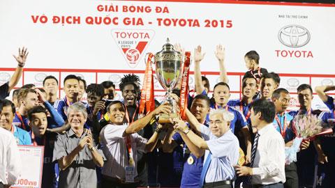 Chủ tịch VFF Lê Hùng Dũng trao cúp vô địch cho thầy trò HLV Mai Đức Chung trên sân Cao Lãnh