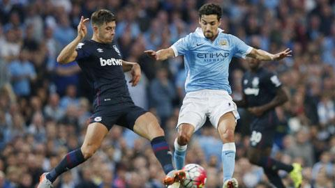 Navas (phải) chỉ được chấm 4 điểm, thấp nhất trong số các cầu thủ Man City
