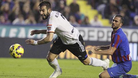 Valencia (trái) thường gặp rất nhiều khó khăn mỗi khi làm khách ở sân của Espanyol