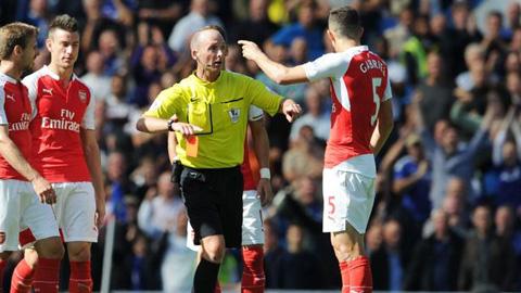 Gabriel Paulista nhận thẻ đỏ sau tình huống va chạm với Diego Costa