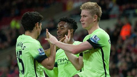 De Bruyne (phải) tiếp tục thể hiện sự xuất sắc trong màu áo Man City khi ghi 1 bàn và kiến tạo 1 bàn trước Sunderland