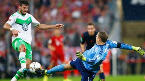 Neuer tỏ ra rất chủ quan với những pha bóng mạo hiểm ở trận gặp Wolfsburg