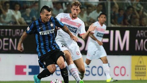 Medel (áo sọc) bất ngờ hồi sinh khi được HLV Mancini xếp đá trung vệ