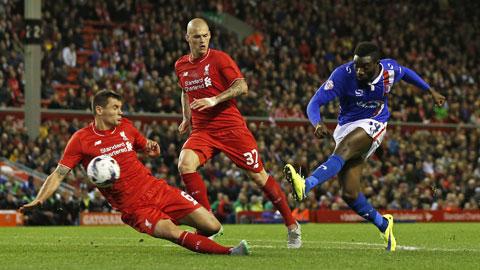 """Liverpool (trái) vẫn chơi rất kém cỏi dù đối thủ chỉ là một """"chú lùn"""" Carlisle"""