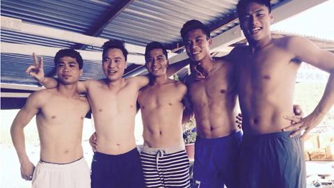 Quế Ngọc Hải (thứ 2, từ phải sang trái) cùng các đồng đội Mạc Hồng Quân, Công Phượng cùng tiền vệ Duy Nam (Thanh Hóa) nghỉ ngơi tại biển Nha Trang. Ảnh: Facebook