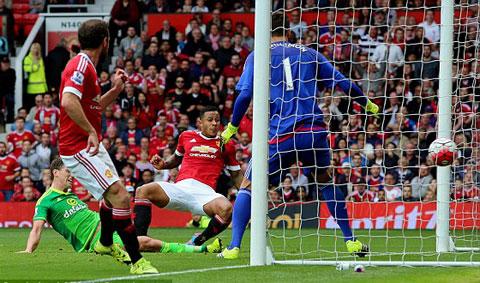 M.U (áo đỏ) đã leo lên ngôi đầu BXH Premier League 2015/16