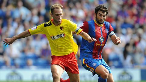 Cầu thủ Watford và Crystal Palace tranh bóng