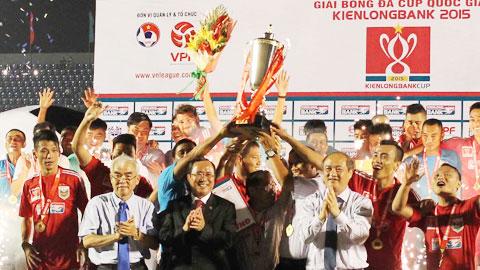 Từ trái qua phải: Chủ tịch VFF Lê Hùng Dũng, Chủ tịch UBND tỉnh Bình Dương Trần Văn Nam, Tổng cục trưởng Tổng cục TDTT Vương Bích Thắng trao cúp cho đội vô địch B.BD
