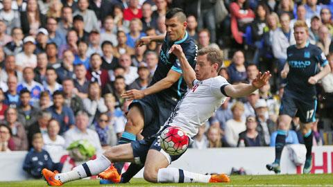 Aguero (trái) đã trải qua 424 phút bất lực trước các mành lưới tại Premier League