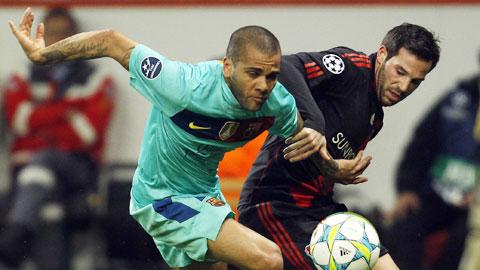 Alves (trái) và đồng đội khó tránh khỏi một kết quả bất lợi trước Leverkusen