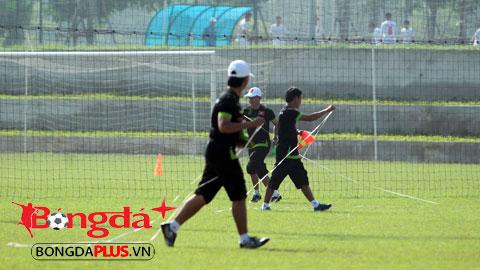 HLV Miura đo sân để xác định khối lượng vận động cho học trò. Ảnh: Phan Tùng