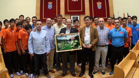 Các thành viên của ĐT Việt Nam chụp hình lưu niệm với Thị trưởng Naron