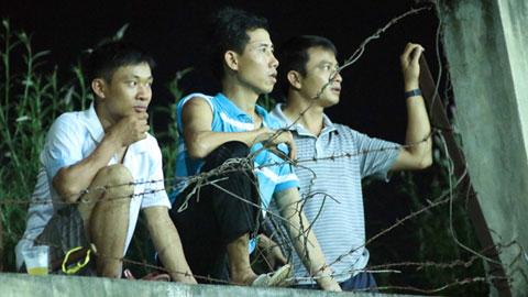 ĐT Việt Nam tập luyện vào khung giờ muộn lại cách xa trung tâm Hà Nội đến 30km nhưng NHM vẫn cố gắng tận mắt xem đội tuyện rèn chân. Ảnh: VNE