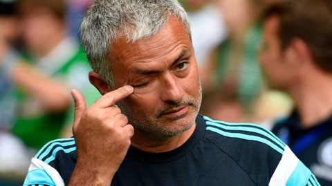 Mourinho thất thần ở băng ghế huấn luyện