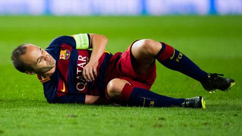 Iniesta phải rời sân giữa chừng vì đau gân khoeo