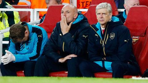 Wenger bất lực nhìn các học trò bị hạ ngay trên sân nhà