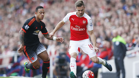 """Depay (trái) sẽ khó giữ được suất đá chính nếu cứ """"vô hình"""" như trận gặp Arsenal"""